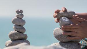 kädet rakentavat kivitornia