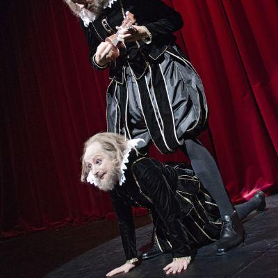 Bild från pjäsen En Midsommarnattsdröm på Svenska Teatern