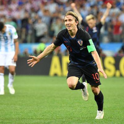 Luka Modric juhlii maalia.