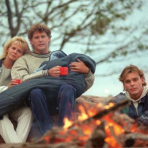 Luotolan perhe (Anitta Niemi, Risto Autio, Ville Keskilä) nuotion ääressä. Ninni (Elina Erra) Hanneksen sylissä (1995: