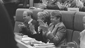 Erkki Liikanen, Pirkko Työläjärvi ja Matti Ahde taputtavat SDP:n kokouksessa 1985.