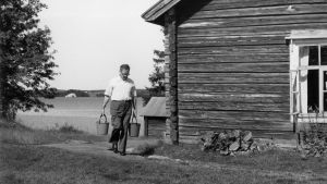 Kalle Päätalo kotitalonsa pihalla vuonna 1977.