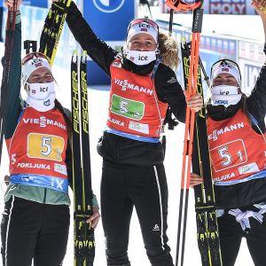 Marte Olsbu Røiseland, Ida Lien, Tiril Eckhoff och Ingrid Landmark Tandrevold firar segern.