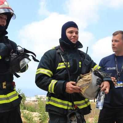 Rauhanturvaajia Libanonissa. Keskellä Mika Puhakka.