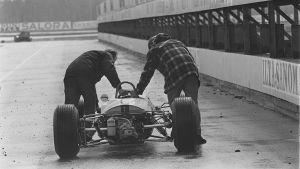 Curt Lincolns bil skuffas fram i Keimola, 1963.
