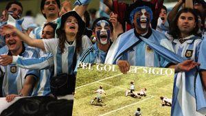 Argentinska fans år 2002 håller ett foto med Maradonas mål i Mexico.
