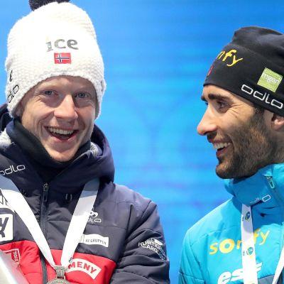 Johannes Thingnes Bö och Martin Fourcade skrattar.