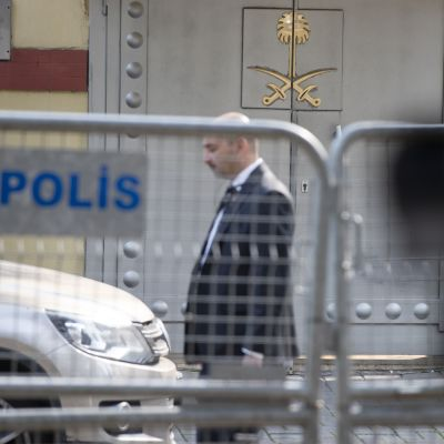 Saudi-Arabian Istanbulin konsulaatin ovi.
