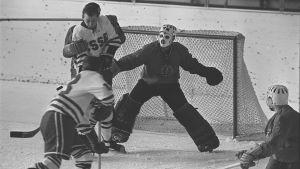 Sovjetunionen möter DDR i ishockey-VM i Tammerfors 1965.