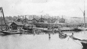 Gammal svartvit bild på hamnen i Dalsbruk 1917.