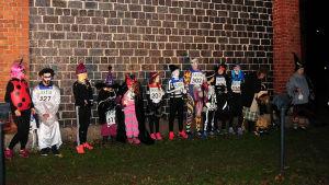 Halloweenutklädda deltagare i det första Fiskars Village Run i höstas.