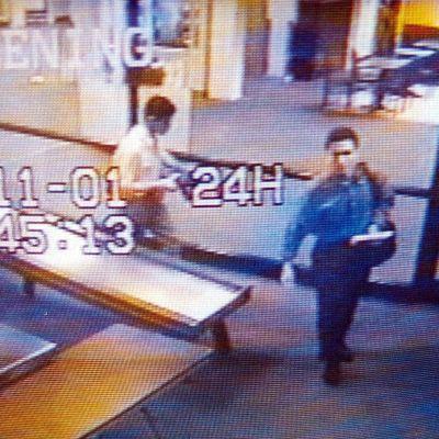 Bild från en övervakningskamera. På bilden syns två av nitton terrorister som senare kapade fyra flygplan i samband med 9/11-attackerna. De är vardaglit klädda.