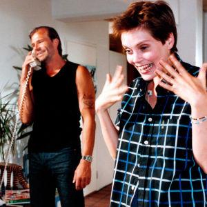 Kai Lehtinen ja Tiina Lymi elokuvassa Rikos & Rakkaus (1999).