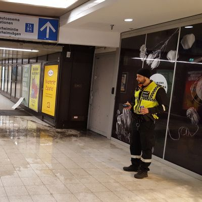 Asematunnelin lattialle vuoti vettä, kun pakkanen rikkoi kaksi putkea.