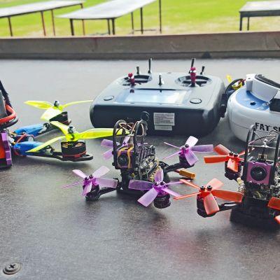 Kilpakäyttöön tarkoitettu drone, jossa on keulassa kamera.