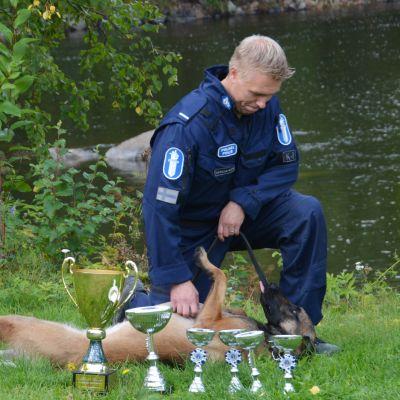 Toni Tarkiainen ja poliisikoira Viksu.