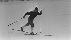 Eero Mäntyranta hiihtää jäällä