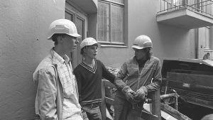 Miehiä rakennustyömaalla 80-luvulla
