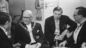 President Urho Kekkonen och statsminister Johannes Virolainen umgås med gäster på självständighetsmottagningen 1964.