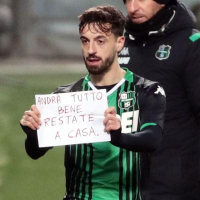 """Francesco Caputo firade 1–0-målet med att hålla upp en lapp: """"Allt kommer att bli bra. Stanna hemma."""""""