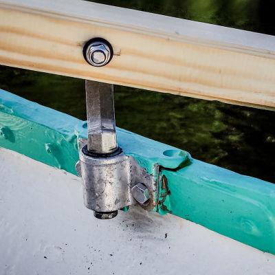Airo ja hankain kiiltävät uutuuttaan vihreäksi maalatussa veneessä