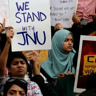 Opiskelijat, professorit ja aktivistit protestoivat väkivaltaista yliopistohyökkäystä Bangaloressa 6. tammikuuta.