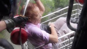 En äldre kvinna räddas av kustbevakningen.