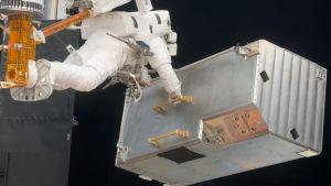 Astronautti korjaa Hubblea
