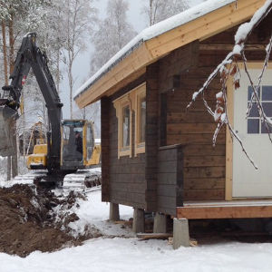Sauna on kehikko vaiheessa, kuvassa vedetään sähkökaapeli valmiiksi. Sisäpuolelta rakentaminen jatkuu juhannuksena, joten jussina ei vielä saunota, mutta viimeistään elokuussa!
