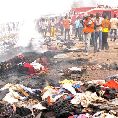 Bilbomber mot en marknad i Jos dödar över 100 personer.