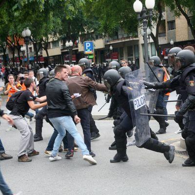 Poliiseja ja katalonialaisia äänestäjiä