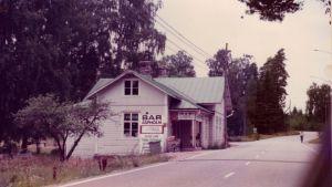 Gammalt fotografi från Isnäs, då Bar Aspholm ännu stod på andra sidan vägen.