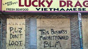 Vietnamesisk restaurang i Minneapolis skyltar med att den är ägd av en etnisk minoritet och ber att den inte ska plundras.