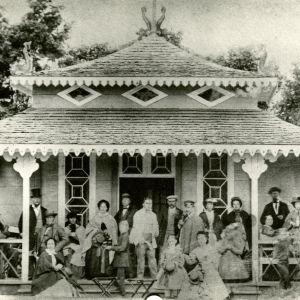 Kuvassa asiakkaita vanhassa ravintolassa