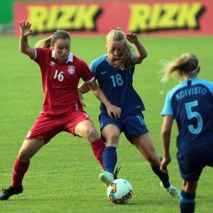 Linda Sällström kämpar om bollen mot Serbien.