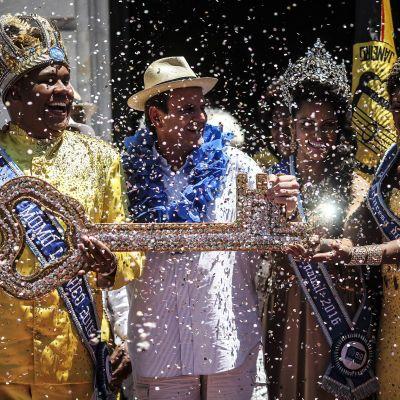 Rio de Janeiron pormestari Eduardo Paes ojentaa kaupungin avaimen karnevaalien tanssikuninkaalle avajaisissa.