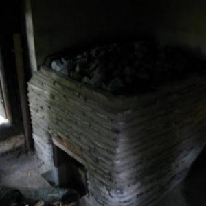 Kuvassa on meirän iki-ihanan savusaunan kiuas.Kiukaan on isäntä itse suunnitellut ja rakentanut. Sauna on ollut palvisauna.Tällä paikalla ollut luultavasti 1900 luvun alkupuoleta. Remontoimme sen muutama vuosi sitten.Korjattiin hirret ja kiuas. Seinät oij