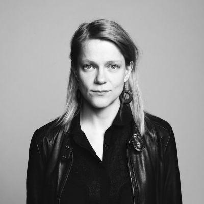 Mustavalkokuvassa saksofonisti Linda Fredriksson.