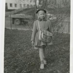 Irja Askola, ensimmäinen koulupäivä, koulutyttö