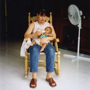 Tuula Amberla lapsensa kanssa v.2002