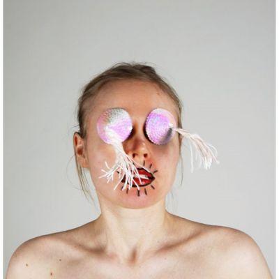 Kvinna som är utsmyckad och målad.