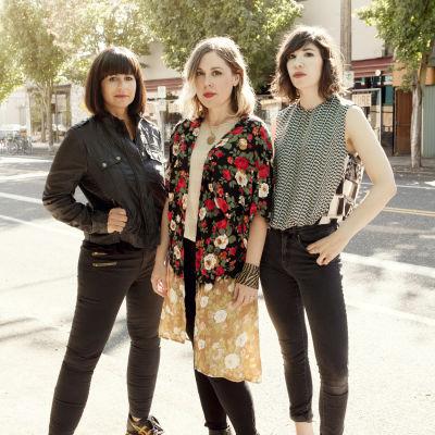 Corin Tucker, Carrie Brownstein och Janet Weiss från bandet Sleater-Kinney poserar.