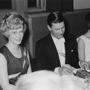 Liisa Keltikangas-Järvinen iltapuvussa, mustavalkoinen kuva