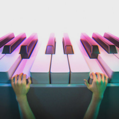pienet kädet soittaa isoa pianoa