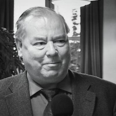 Savonlinnan entinen kaupunginjohtaja Jorma Auvinen puhuu tv-haastattelussa vuonna 2003.