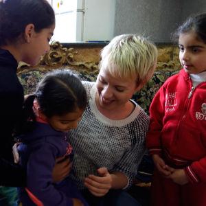 Aili Järvelä: Tässä olen Palestiinassa, kyläilemässä Maissin luona Shuafatin pakolaisleirillä missä opetin viulunsoittoa lapsille. Mais oli yksi oppilaistani, joka jäi erityisesti mieleen.