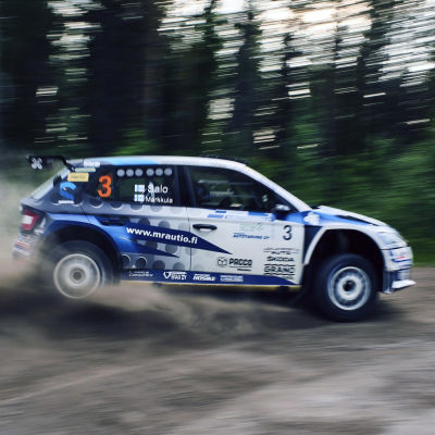 Juha Salo ajaa ralliautolla.