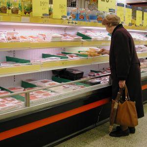 En kvinna i en matbutik