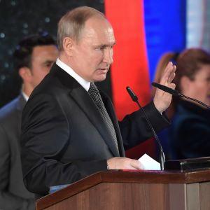 Vladimir Putin puhujakorokkeella.