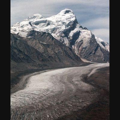 Ett berg med en glaciär i Indien
